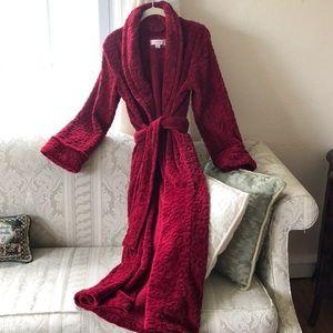 Beautiful robe, worn once! Very soft!